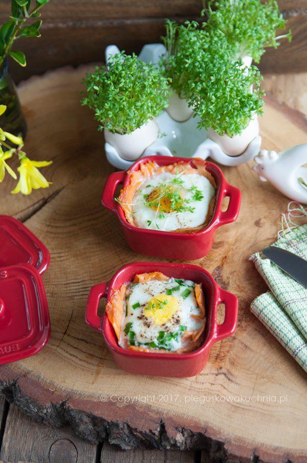 Zapiekane jajka z łososiem wędzonym